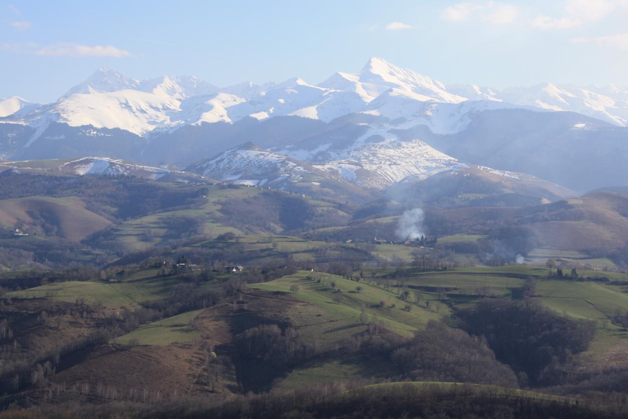 A gauche, le Pic du Midi de Bigorre.