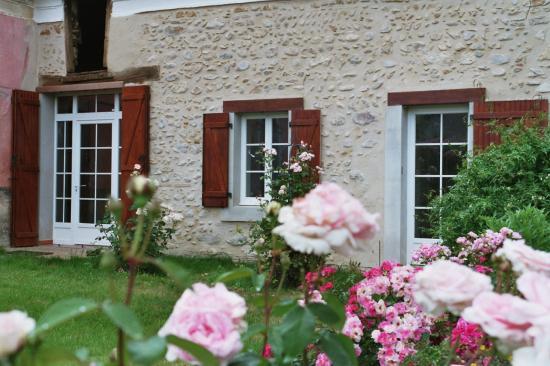 photo-gites-facade-sud-roses-2.jpg